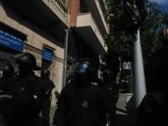 Antidisturbios delante de la casa desalojada.