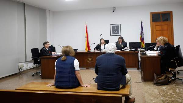 Absuelven a la exsecretaria del obispo Salinas de un delito revelación de secretos