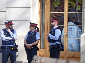 Agentes de los Mossos delante del bar en el que ha sido hallado el cadáver de una mujer con signos de violencia.