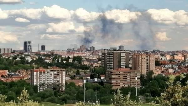 Un incendio en un edificio en obras en el madrileño barrio de San Blas provoca una gran columna de humo