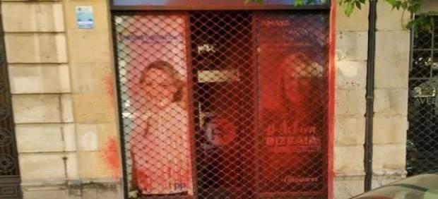 La oficina electoral del PP de Bilbao aparece pintada con pintura roja