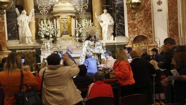 La Basílica de la Verge de València obri les seues portes al besamans