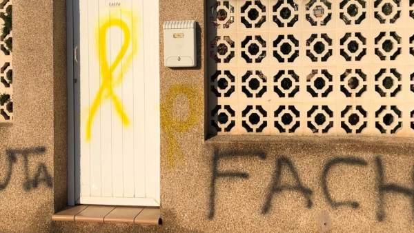26M.- Castellón.- Aparecen Pintadas Con Lazos Amarillos E Insultos En La Fachada De La Vivienda De Carrasco (PP)