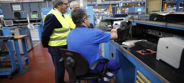 El candidato del PSOE a la Comunidad de Madrid, Ángel Gabilondo, visita el Centro de Control de Metro