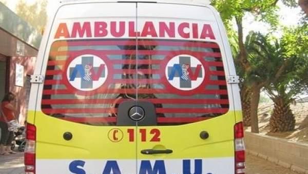 Dos ferits després de xocar un cotxe contra un pal d'una catenària a València