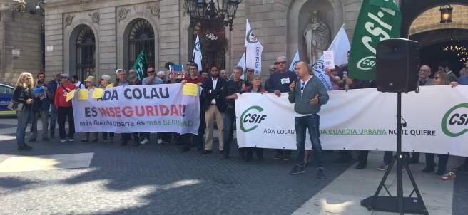 El sindicato CSIF de la Guardia Urbana de Barcelona manifestándose en la plaza de Sant Jaume contra la gestión del cuerpo de la alcaldesa Ada Colau.