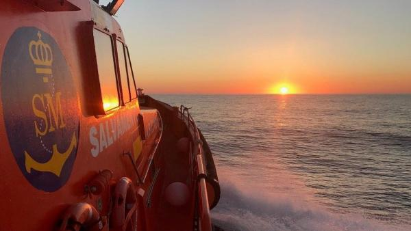 Rescatados en buen estado 72 subsaharianos en una patera semihundida en el Mar de Alborán