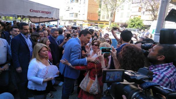 Cádiz.-26M.- Pedro Sánchez da un paseo por una barriada de Jerez mostrando su apoyo a la alcaldesa