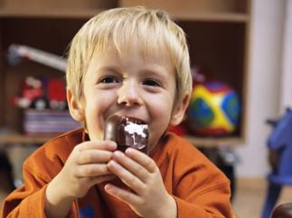 Niño comiendo bollería