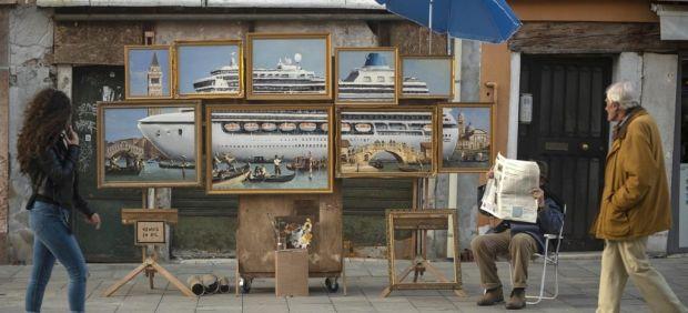 Banksy en persona aparece en un vídeo y con un cuadro para denunciar el turismo en Venecia