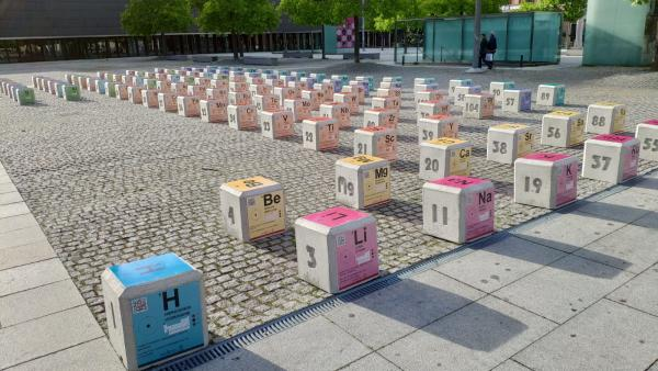 Colocada en la Plaza de Baluarte una instalación de la tabla periódica