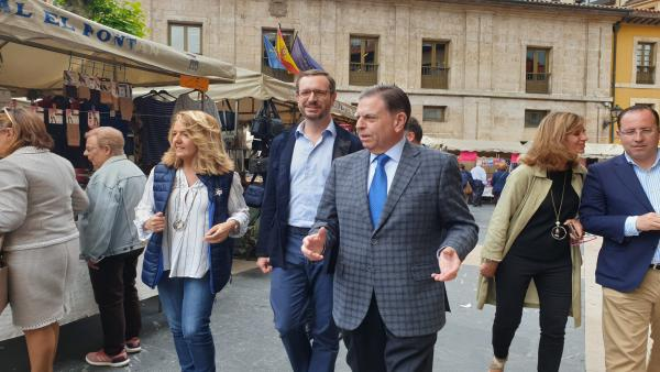 La candidata del PP a la presidencia del Principado, Teresa Mallada, junto al vicesecretario de organización del PP, Javier Maroto y el candidato a la Alcaldía, Alfredo Canteli en Oviedo