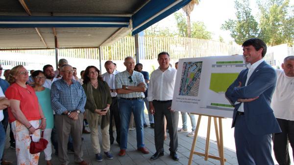 Sevilla.-26M.-Espadas anuncia un pabellón en San Jerónimo, reforma de piscina de Torreblanca y mejorar pistas de plazas