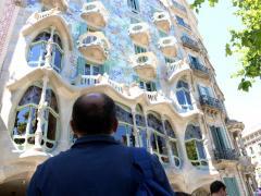 Un hombre observa la fachada restaurada de la Casa Batlló.