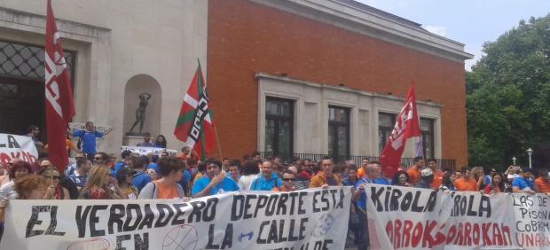Trabajadores de polideportivos de Bizkaia secundan una nueva jornada de huelga por el convenio