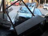 Un coche se empotra contra una cafetería