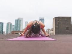 Una mujer practica yoga