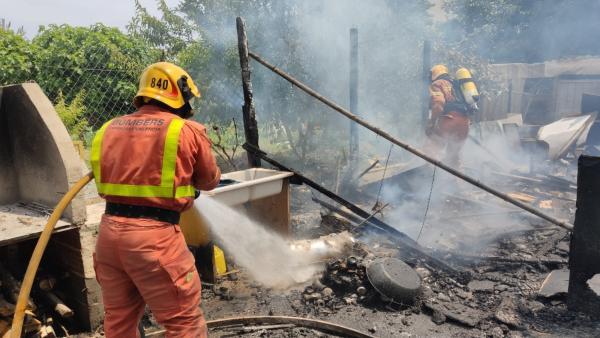 Bombers rescaten tres gossos d'un incendi en una casa de camp a Manises