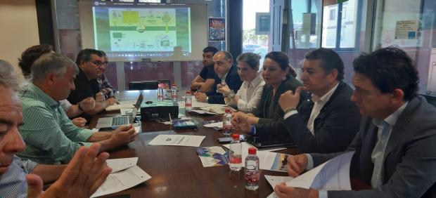 Cádiz.- Crespo aborda con los pescadores de Sanlúcar el Plan de Gestión de la Chirla y traslada el apoyo de la Junta