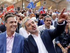 El presidente del Gobierno, Pedro Sánchez, en Fabra i Coats junto al alcaldable por Barcelona del PSC, Jaume Collboni, y la alcaldesa de L'Hospitalet, Núria Marín.
