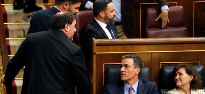 Oriol Junqueras y Pedro Sánchez se saludan durante la sesión constituyente de las Cortes.