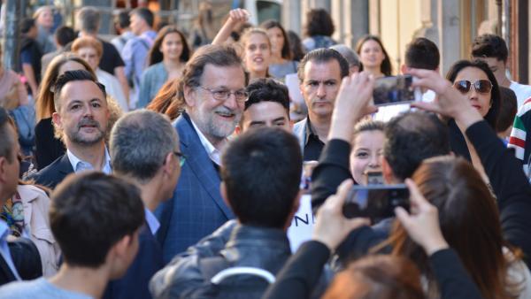 26M.- Rajoy Protagoniza Un Paseo Por Ourense Con Multitud De 'Selfis' Y Saludos