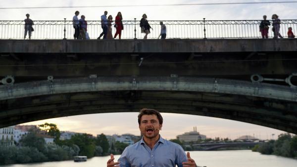 El presidente del PP-A y de la Junta, Juanma Moreno, cierra campaña con un paseo en barco por el río Guadalquivir