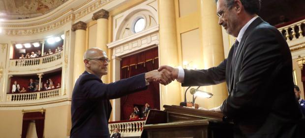 Romeva estrecha la mano a Cruz