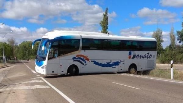 Suc.- Un autobús se atasca y bloquea la carretera de Rueda de Valladolid durante casi tres horas