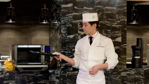 El chef japonés Takuji Takahashi en un momento de su clase sobre cocina japonesa.