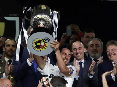 Dani Parejo levantó su primer trofeo con el Valencia