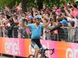 AV.- Ciclismo/Giro.- Cataldo (Astana) reina en Como y Carapaz amplía su liderato tras la caída de Roglic