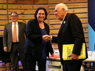 La candidata de BComú a la reelección, Ada Colau, y del candidato de ERC, Ernest Maragall, dándose la mano.