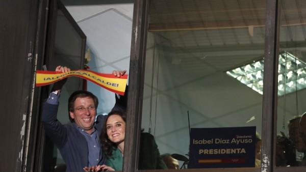 Almeida y Díaz Ayuso celebran los resultados en Génova