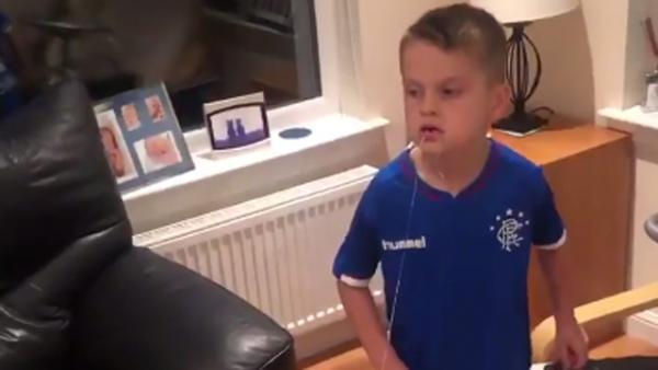 El genial truco de un niño para quitarse un diente