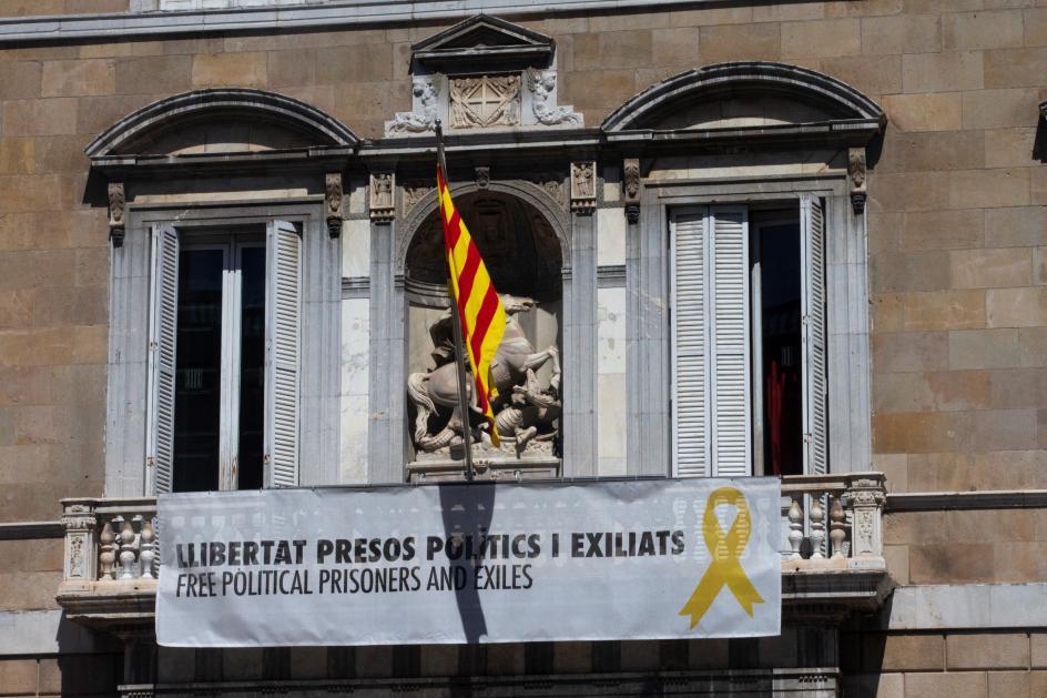 Pancarta a favor de los presos. El presidente catalán,Quim Torra, ha vuelto a colgar en el balcón del Palau de la Generalitat la pancarta a favor de los