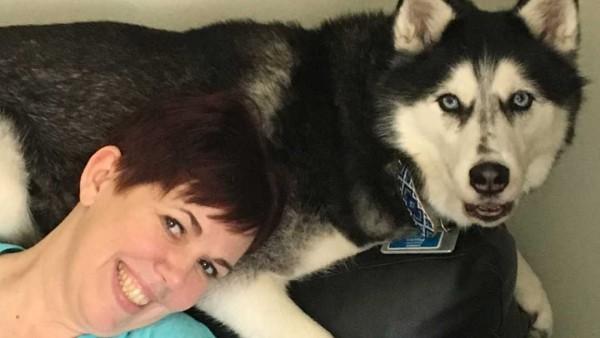 Stephanie Herfel, con su perro Sierra
