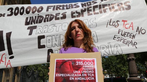 Patricia Cervera, madre de una joven con anorexia, lleva 315.000 firmas a la Junta de Andalucía.