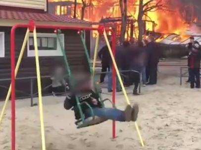 Columpiándose junto a un incendio