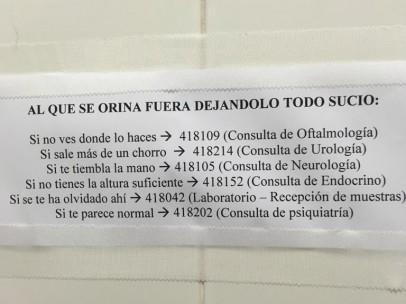 Foto del cartel de los baños públicos de un hospital