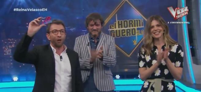 Pablo Motos entrega el premio, en 'El hormiguero'.