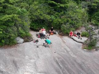Caída de móvil por una colina