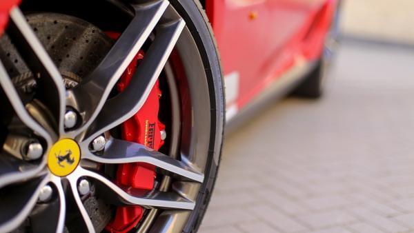 Híbrido, 1.000 caballos y tracción integral: así es el nuevo coche de Ferrari