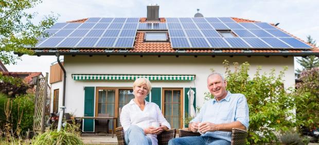 Propietarios de una casa con placas solares