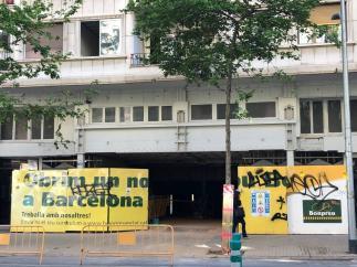 Estado actual de la fachada de los antiguos cines Urgell del Eixample, cuya cubierta de amianto comienza a retirarse.