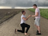 Joey Krastel le pide matrimonio a su novio Chris Scott junto a un tornado