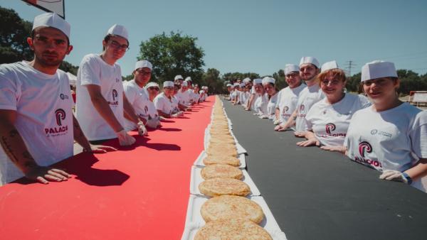 Palacios bate el Récord Guinness de la línea de tortilla de patatas más larga del mundo con 223 metros y 1.176 tortillas