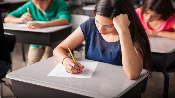 El estrés durante los exámenes aumenta el apetito por la comida rápida