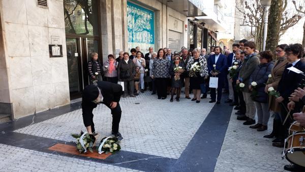 San Sebastián coloca en la Avenida de la Libertad las primeras cuatro placas en memoria de víctimas del terrorismo