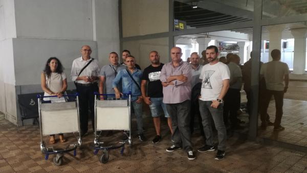 Np Adelante Málaga Apoya A Los Trabajadores Del Servicio De Carros Portaequipajes Del Aeropuerto